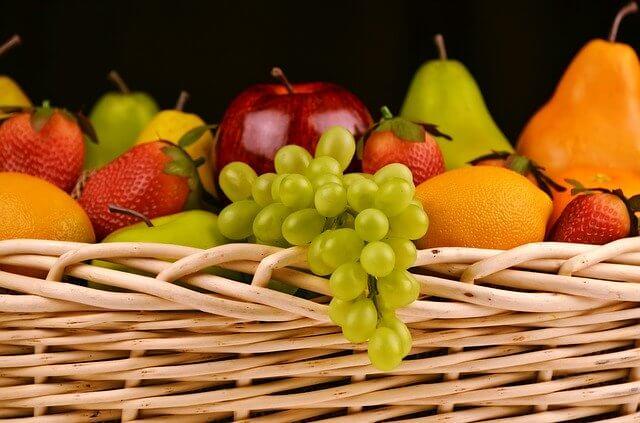 Quelques légumes : pommes, poires, oranges, raisins, fraises, oranges