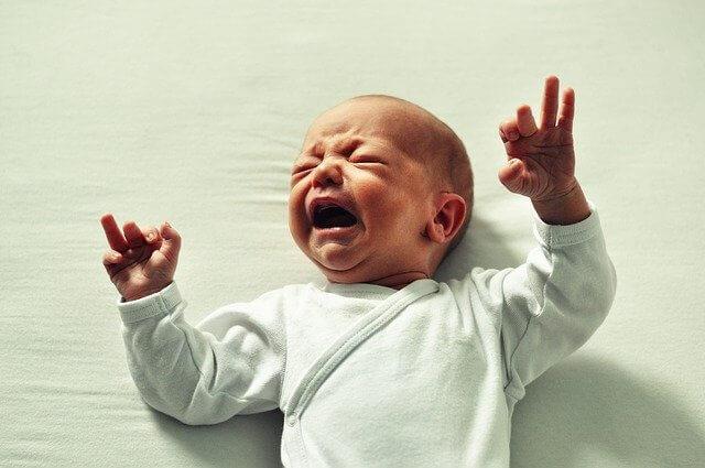 un bébé qui pleure et crie